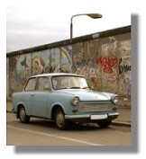 Trabant vor der East Side Gallerie Berlin