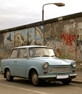 Trabant vor Berliner East-Side-Gallerie