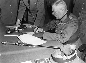 Generalfeldmarschall Wilhelm Keitel unterzeichnet die bedingungslose Kapitulation der Wehrmacht in Berlin-Karlshorst