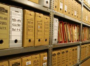 Akten Archivkartons im Archivregal bei BstU Berlin-Lichtenberg 2015
