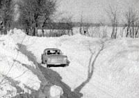 Ein Trabant fährt durch eine verschneite Landstraße auf Rügen 1978/79